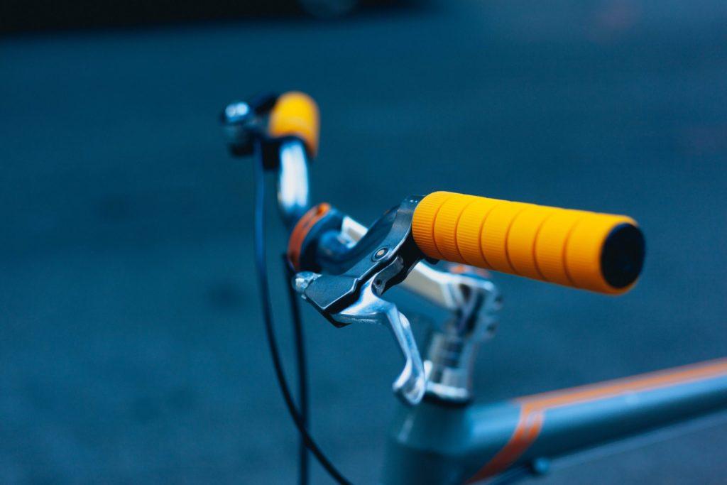 Eine gute und solide Ausstattung sollte Ihr Fahrrad in jedem Fall haben. So wie z. B. eine Hand- und eine Rücktrittbremse. Bildquelle: © Dan Gold / Unsplash.com