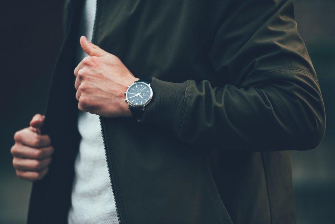 Eine gut ausgesuchte Armbanduhr kleidet jeden Herrn auf eine ganz besondere Weise. Bildquelle: © Janfillem / Unsplash.com