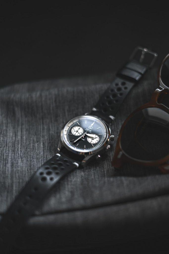 Ob sportlich oder klassisch zeitlos - die richtige Armbanduhr ist immer ein Hingucker. Bildquelle: © Sinabrochar Photo / Unsplash.com