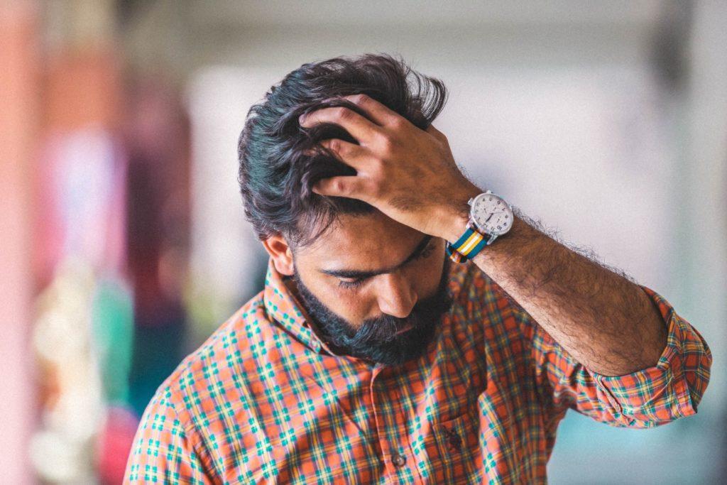 Auch die Männer der Generation 59plus werden zunehmend mutiger und tragen gern lässige Uhren. Bildquelle: © Gursimrat Ganda / Unsplash.com