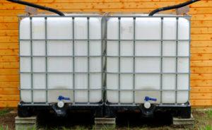 IBC-Container sind die optimale Lösung zum Sammeln von Regenwasser im eigenen Garten. Bildquelle: © rekubik.de