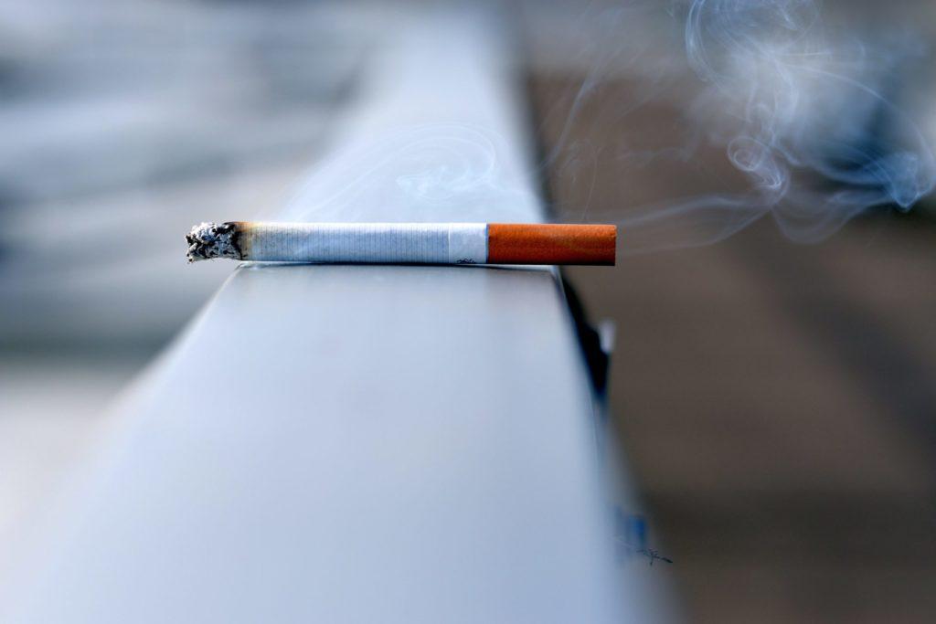Vor allem die Generation 59plus hat noch gern und viel geraucht. Die E-Zigarette könnte hier ein gute Alternative sein dem Nikotin adieu zu sagen. Bildquelle: © Andres Siimon / Unsplash.com