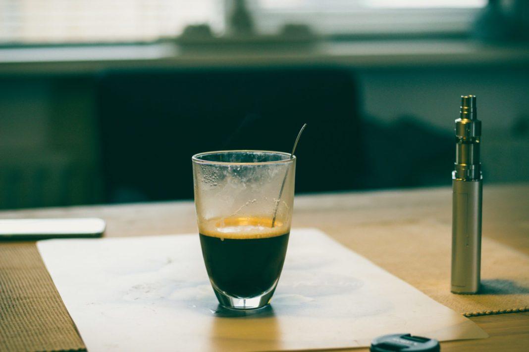 Den Kaffee kann man auch mit einer E-Cigarette ganz wunderbar genießen. Bildquelle: © Echo Grid / Unsplash.com