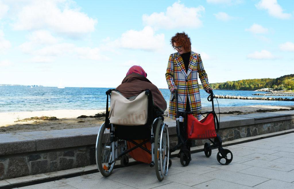 Ob am Rollstuhl oder am Rollator - es gibt tolle und vor allem farbenfrohe Accessoires, die uns das Leben mit dem Hilfsmittel bunter und fröhlicher machen. Bildquelle: © rollial accessoires