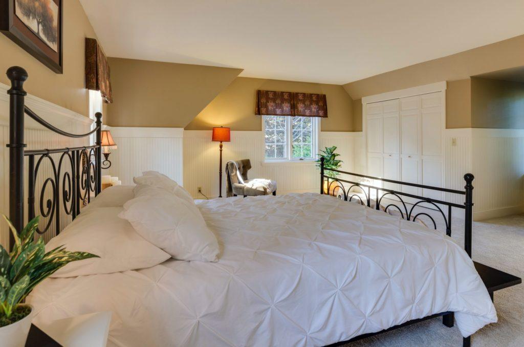 Harmonie und Ruhe sollte das Schlafzimmer ausstrahlen, damit wir einen ruhigen und gesunden Schlaf dort finden. Bildquelle: © Francesca Tosolini / Unsplash.com