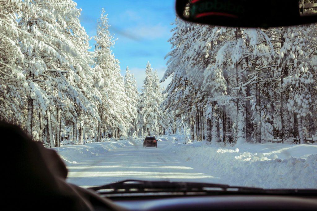 Nicht selten erfolgt die Anreise mit dem eigenen Auto. Natürlich sollte dieses mindestens mit Winterrreifen aufgestattet sein. BIldquelle: © Ross van der Wal / Unsplash.com