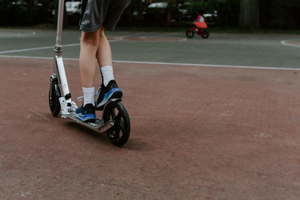 An der Art den Roller zu bremsen hat sich bis heute nichts geändert - noch immer tritt man die klassische Fussbremse. Bildquelle: © Kelly Sikkema / Unsplash.com