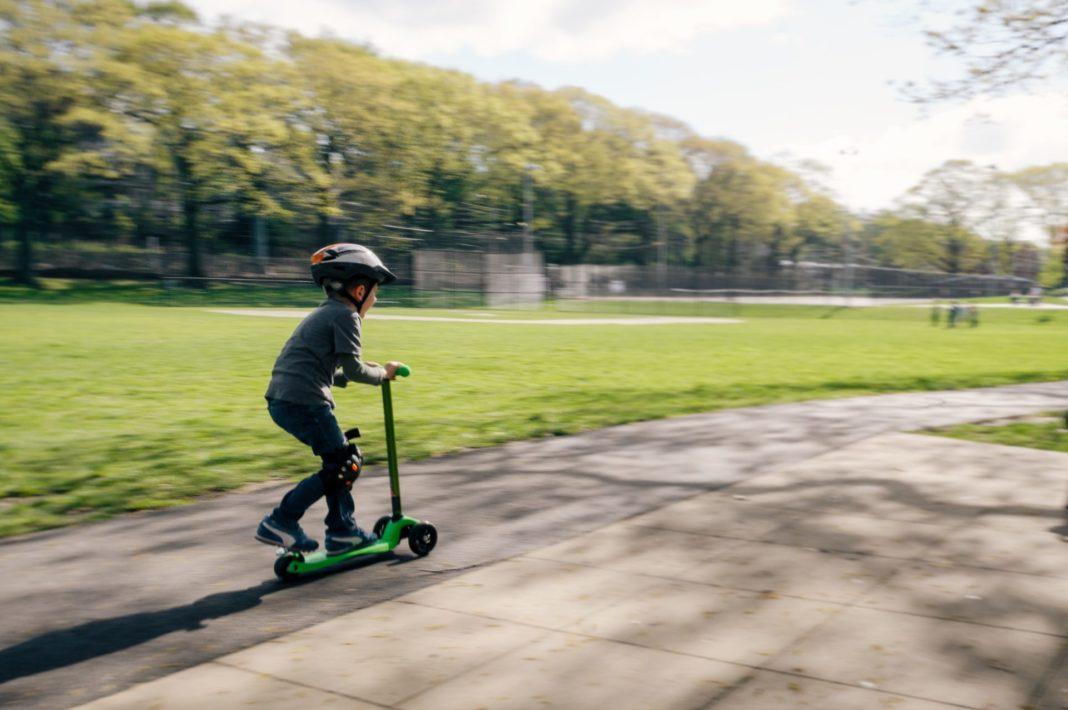 Der Roller erlebt einen völlig neuen Boom und ist auch bei den Kleinsten unter uns sehr gefragt. Bildquelle: © Kelly Sikkema / Unsplash.com