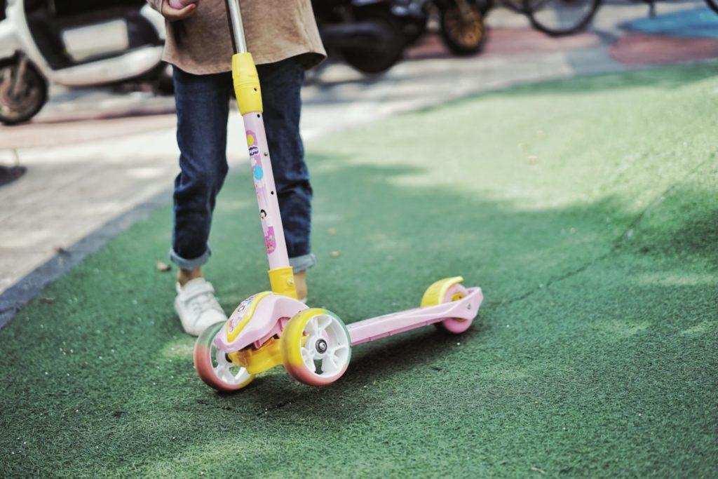 Nicht nur die Optik, sondern auch die Funktionalität von einem Roller für Kinder ist sehr wichtig. Bildquelle: © Pan Xiaozhen / Unsplash.com