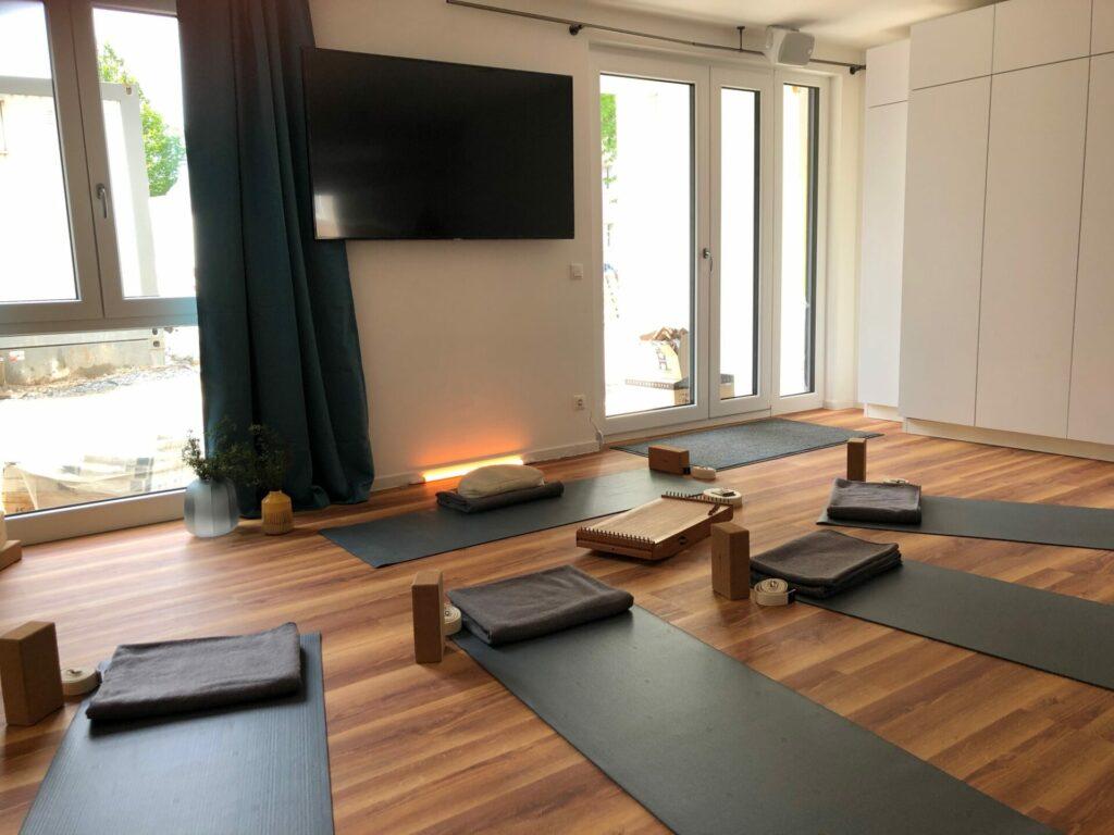 Der im Wohnkomplex eingerichtete Yoga- und Fitnessraum lädt zu gemeinsamen sportlichen Veranstaltungen ein. Bildquelle: © Vivienda