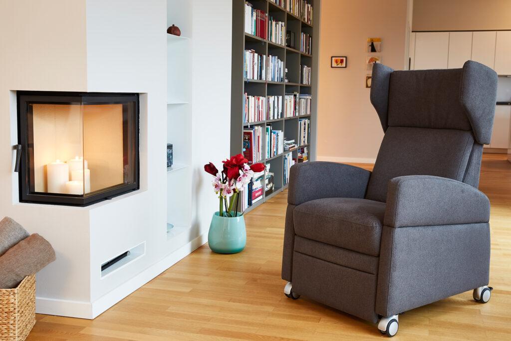 Der VIANDO® Pflegesessel erfüllt alle Anforderungen an einen Pflegesessel und ist darüber hinaus aber auch ein modernes und gut aussehendes Möbel. Bildquelle: © Kranich Care