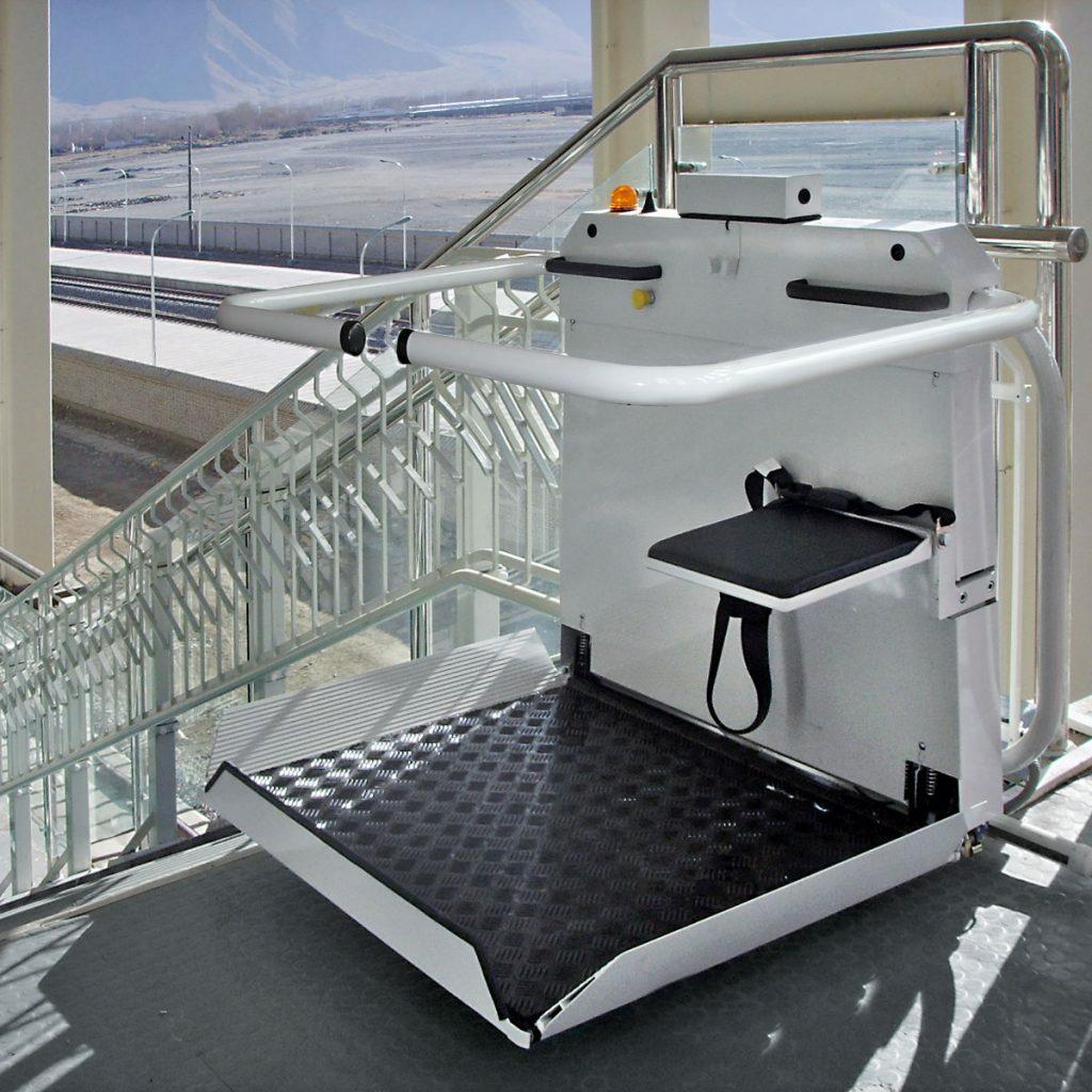 An Flughäfen oder öffentlichen Gebäuden inzwischen schon häufiger zu sehen - ein Plattformlift. Bildquelle: © perfekta-life.de