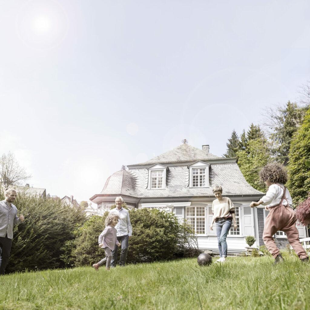 Wohnen im Alter und das am besten in der eigenen Immobilie. Ein Teilverkauf könnte eine passende Lösung sein. Bildquelle: © Getty Images / Westend 61