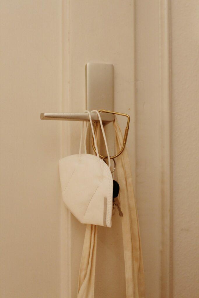 Die FFP2-Maske sollte stets mit dabei sein, wenn Sie das Haus oder die Wohnung verlassen. Bildquelle: © Silke N. / Unsplash.com