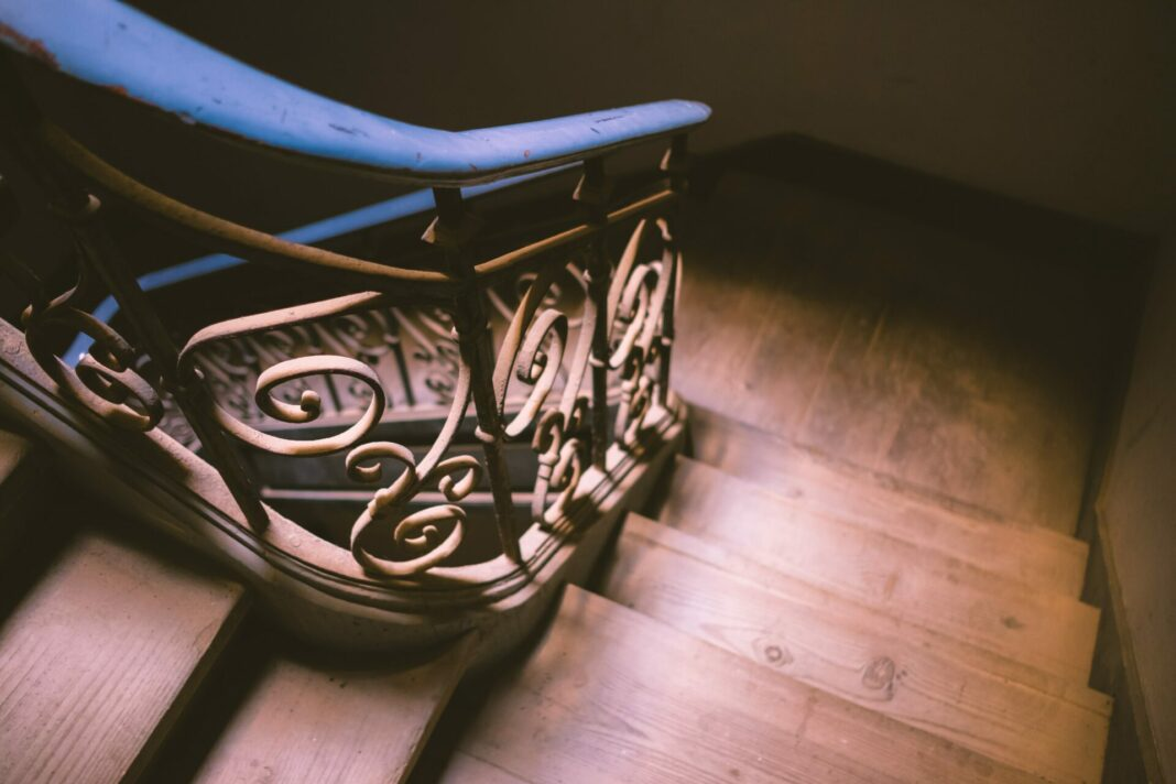 Oft unterschätzt, jedoch eine riesige Erleichterung - der Treppenlift. Mit der richtigen Planung passt er nahezu in jedes Treppenhaus. Bildquelle: © Glauco / Zuccaccia / Unsplash.com