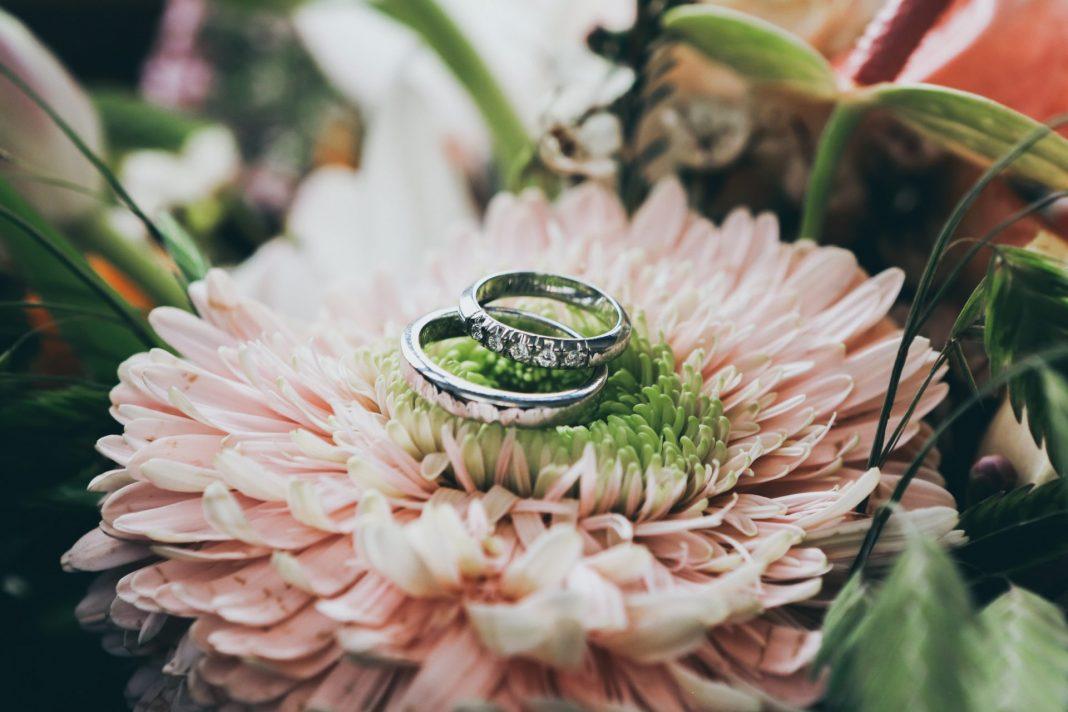 Die Silber- oder Goldhochzeit sind die ideale Gelegenheit die Eheringe noch einmal zu erneuern. Bildquelle: © Nick Karvounis / Unsplash.com