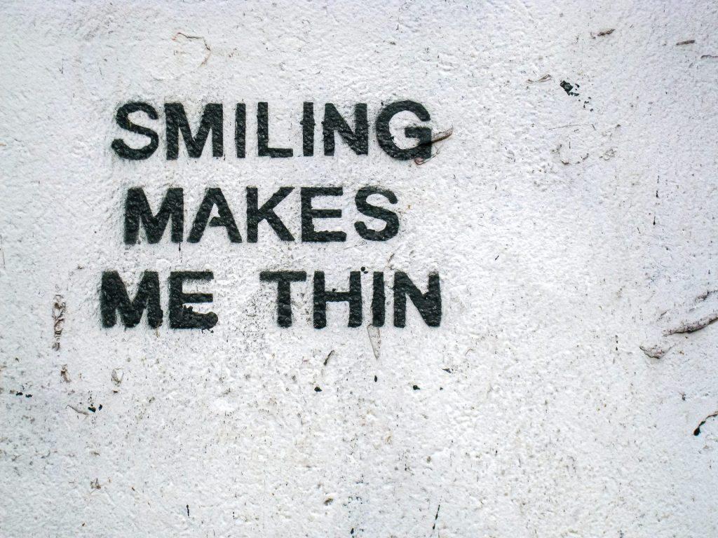 Nur mit einem Lächeln funktioniert es leider nicht, aber gute Laune auch während des Abnehmens ist natürlich sehr hilfreich. Bildquelle: © Etienne Girardet / Unsplash.com