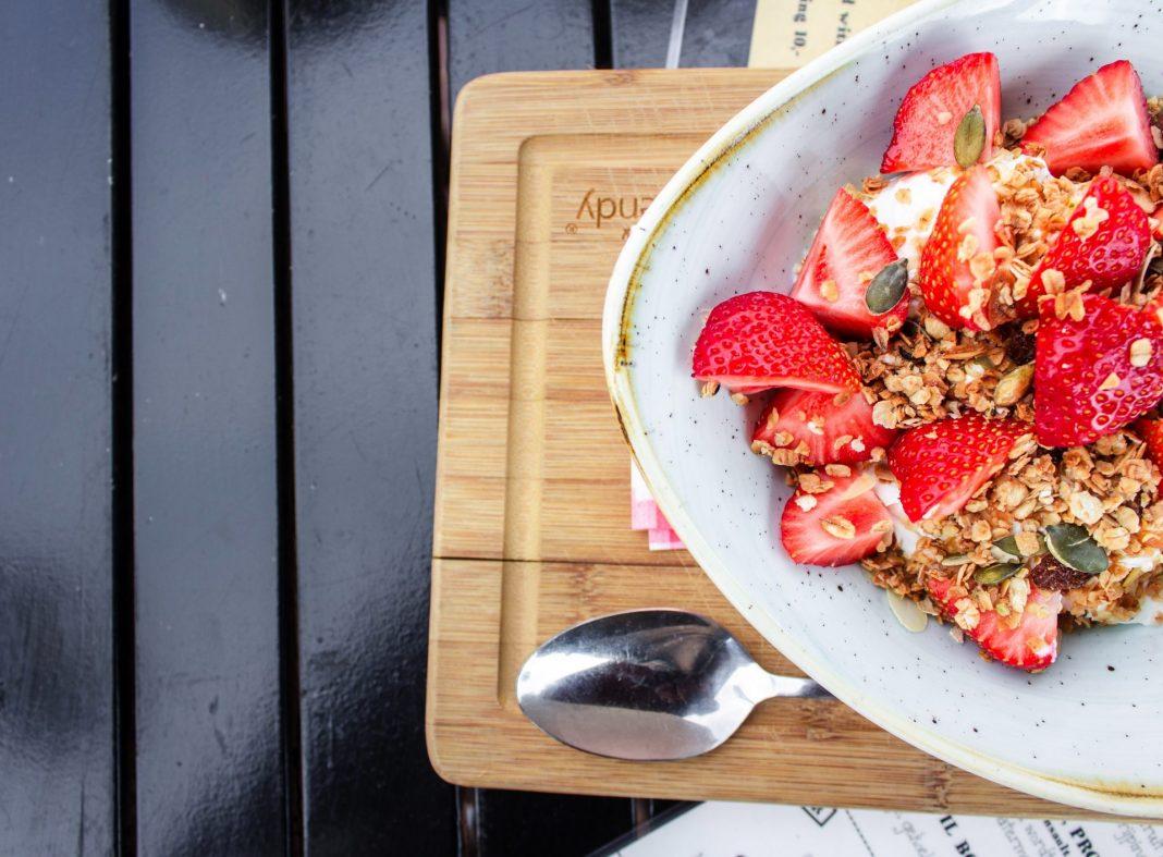 Vor allem in der Spargel- und Erdbeerzeit fällt das Abnehmen allein aufgrund des saisonalen leckeren Obst und Gemüses nochmal leichter. Bildquelle: © Louis Hansel / Unsplash.com