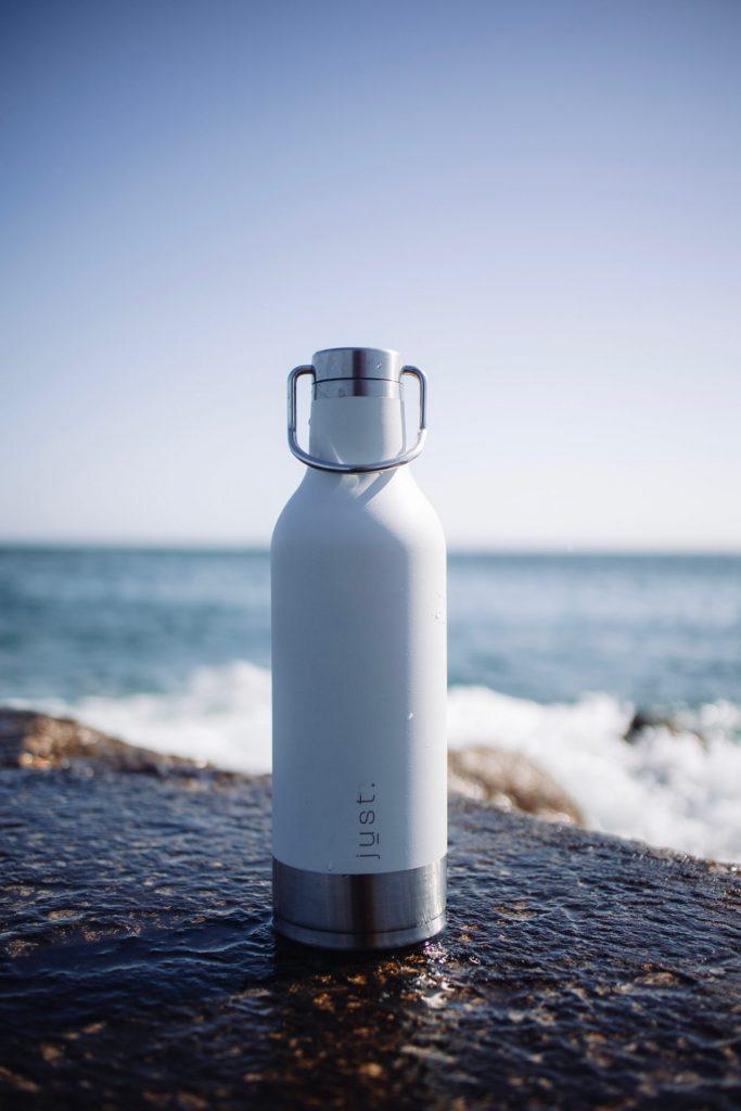 Die eigene Trinkflasche mit Wasser oder Tee sollte in jedem Fall immer dabei sein. Bildquelle: © Nubelson Fernandes / Unsplash.com