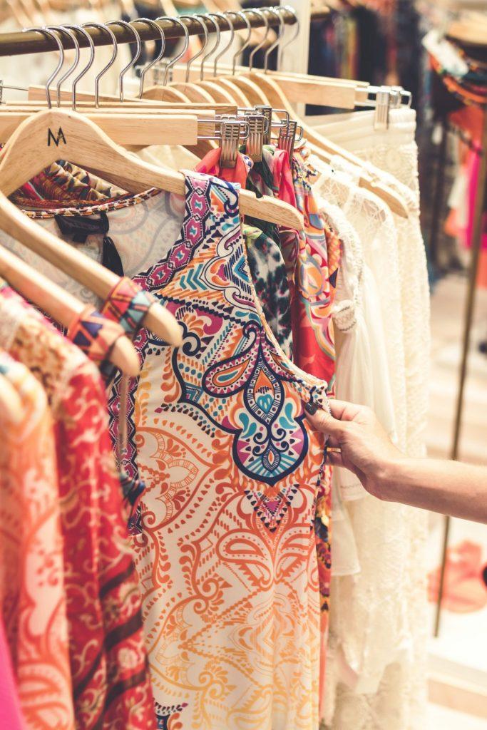 Klassische Basics wie eine Jeans oder Leinenhose, lassen sich ganz wunderbar mit einem Oberteil mit einem bunten Muster kombinieren. Bildquelle: © Artem Beliaikin / Unsplash.com
