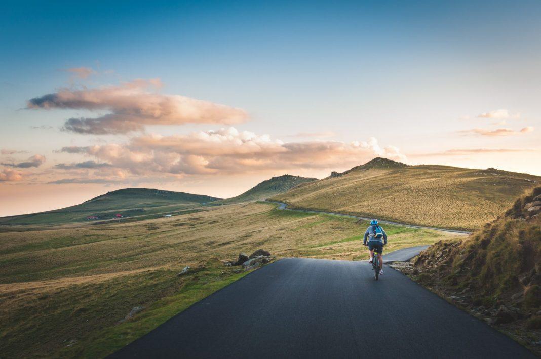 Auch anspruchsvolle Gegenden wie die Berge sind mit einem E-Bike absolut entspannt zu bewältigen. Bildquelle: © David Marcu / Unsplash.com