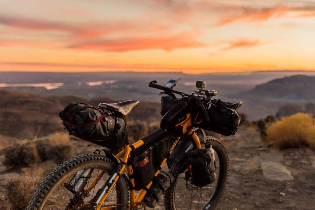 Gut geplant und gut gepackt - Urlaub mit dem Fahrrad. Bildquelle: © Patrick Hendry / Unsplash.com