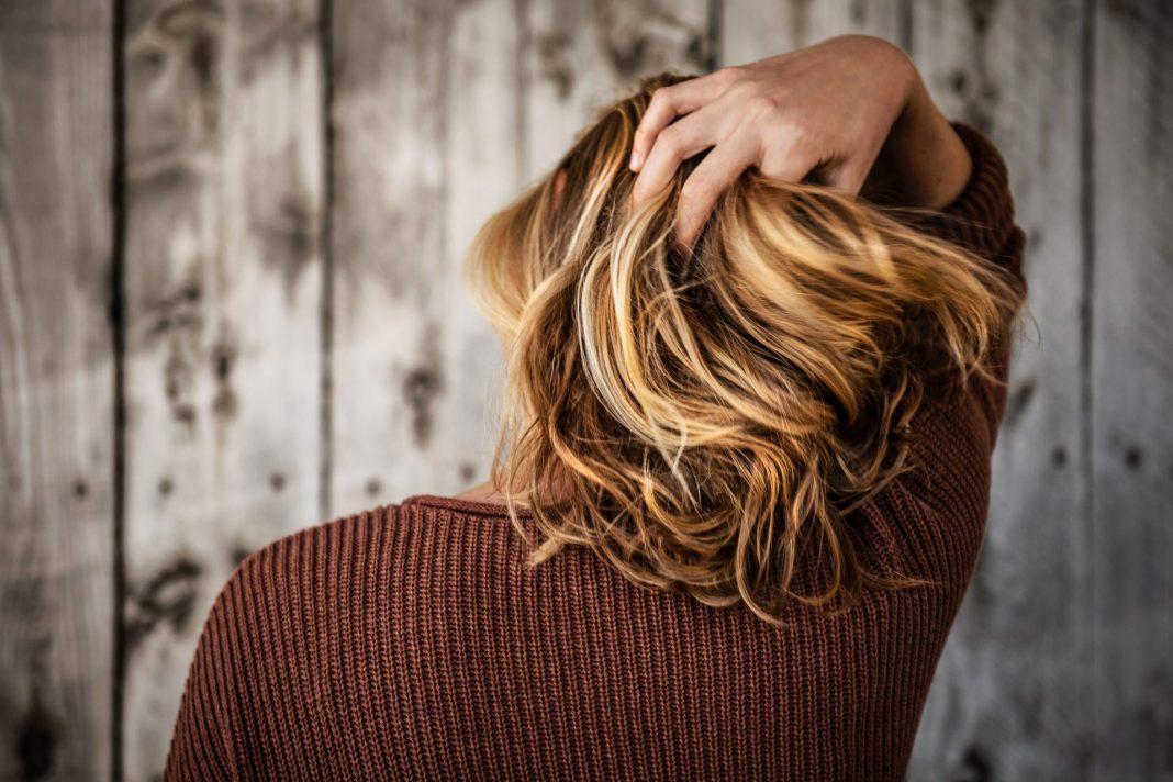 Wenn die Haare auf einmal dünner und weniger werden, gibt es unterschiedlich Möglichkeiten dagegen vor zu gehen. Bildquelle: © Tim Mossholder / Unsplash.com