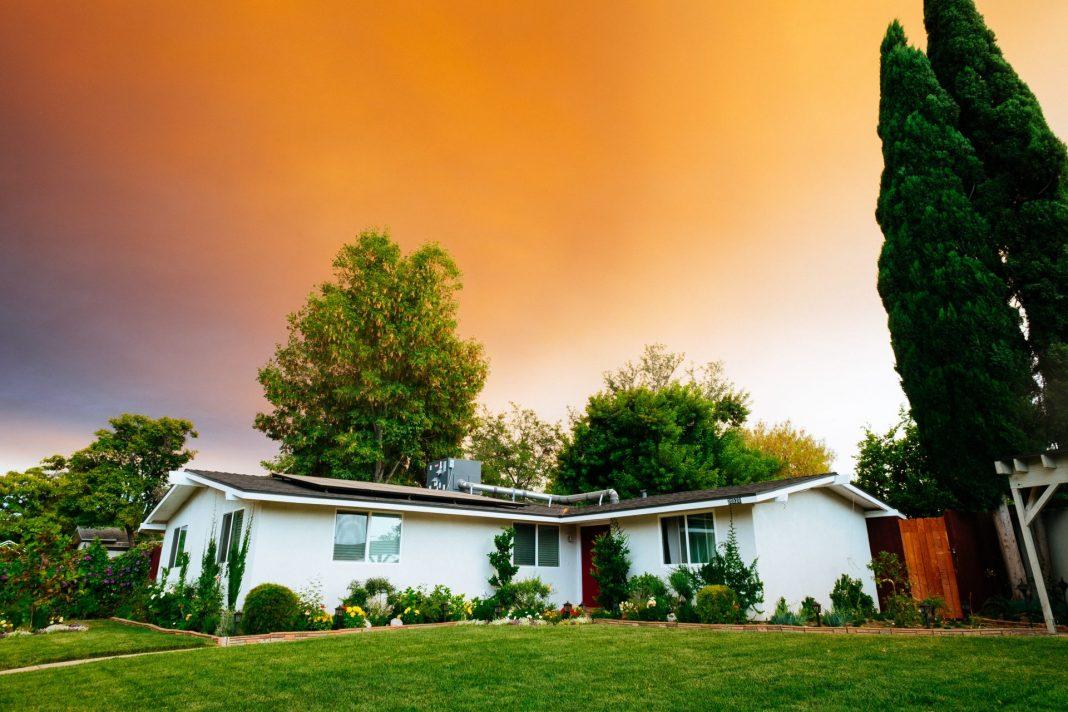 Mieten und das eigene, zu groß gewordenen Haus vermieten? Eine Entscheidung die gut überlegt sein will. Bildquelle: © Gus Ruballo / Unsplash.com