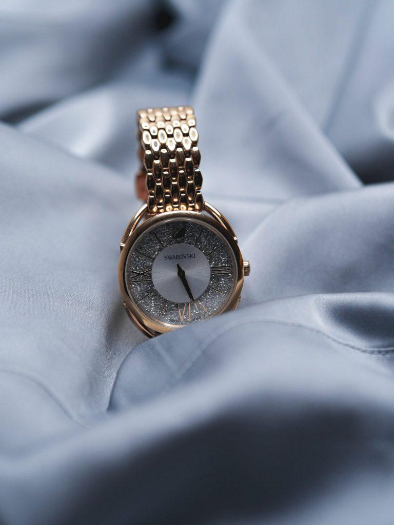 Ob aufwendig mit Edelsteinen verarbeitet oder klassisch zeitlos, eine hochwertige Uhr lässt das herz von Liebhabern höher schlagen. Bildquelle: © Laura Chouette / Unsplash.com
