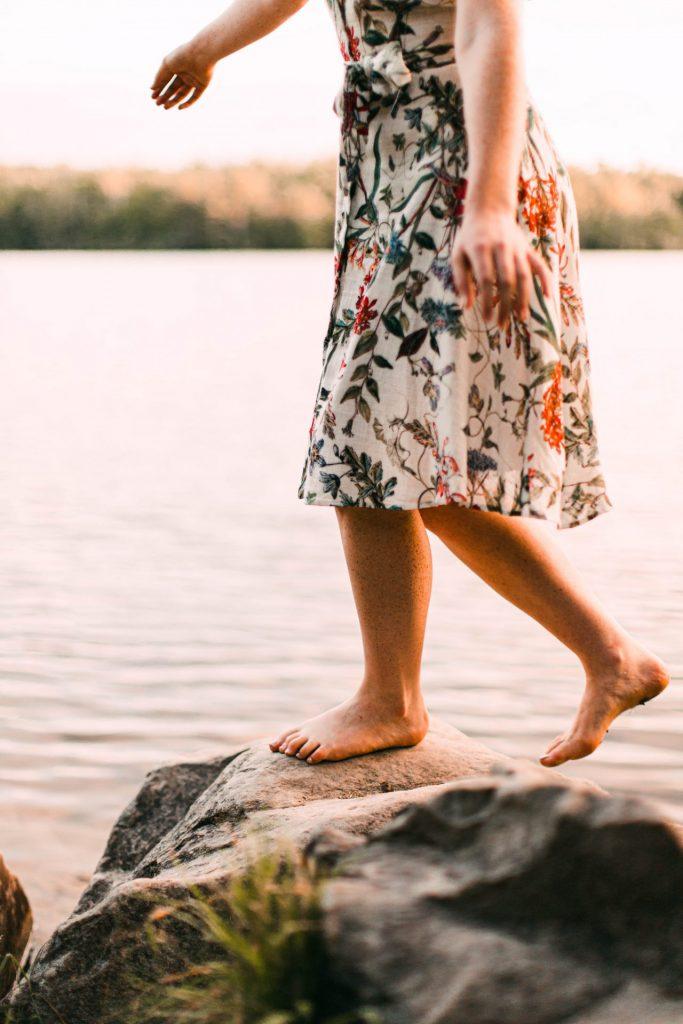 Unsere Füße freuen sich natürlich über jede Möglichkeit vollkommen ohne Schuhe laufen zu dürfen. Bildquelle: © Tabitha Turner / Unsplash.com