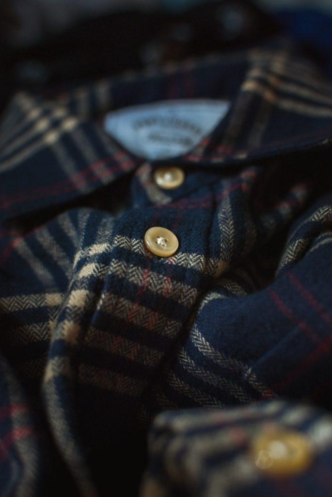 Herbstliche Farben und tolle Stoffe machen das richtige Herrenhemd in diesem Herbst aus. Bildquelle: © Bannon Morrissy / Unsplash.com
