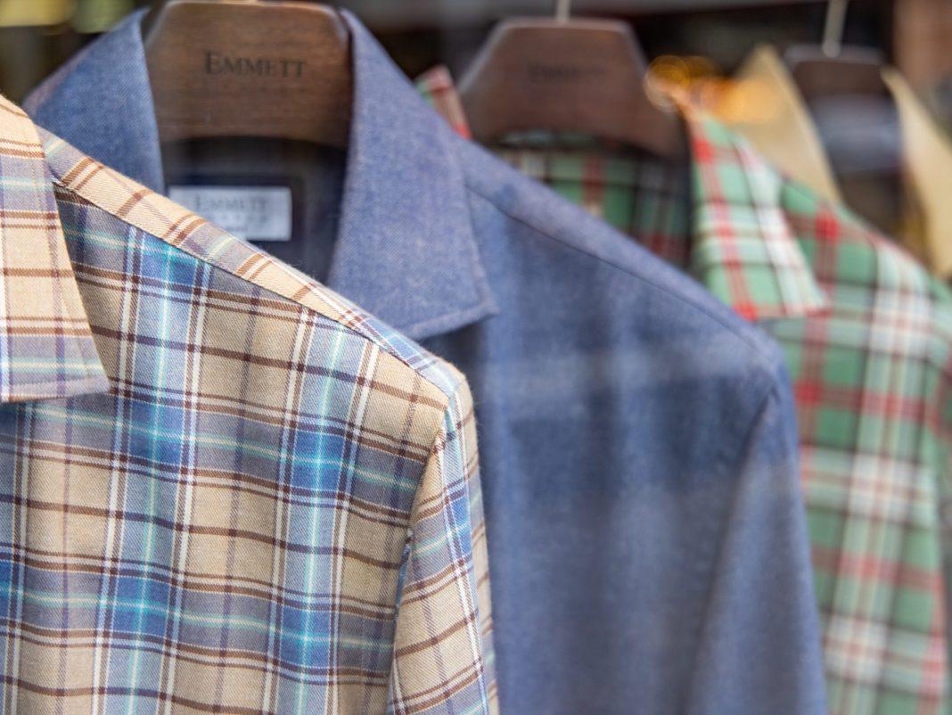 Ob einfarbig oder mit Muster - in diesem Herbst kommt es auf die richtige Kombination bei den Herren an. Bildquelle: © The Blowup AE / Unsplash.com