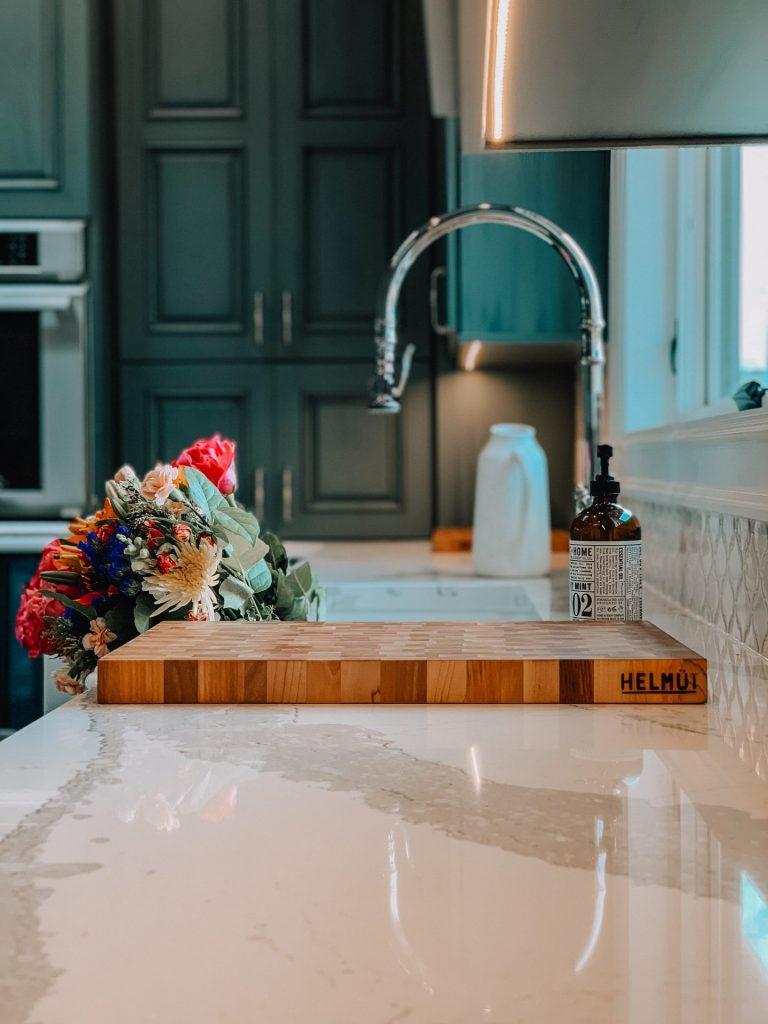 Neben allen praktischen Funktionen und Anordnungen, darf die Gemütlichkeit in einer Küche natürlich nicht zu kurz kommen. Bildquelle: © Sergei Sushchik / Unsplash.com