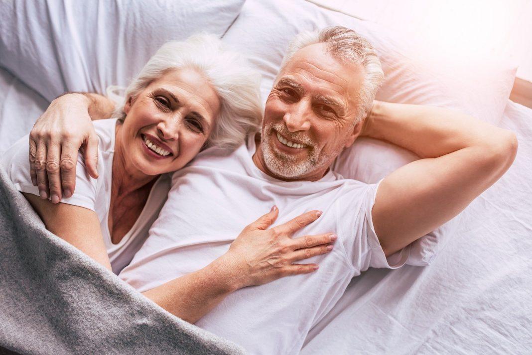 Ein Schlafzimmer muss nicht unbedingt groß sein, um sich darin behaglich zu fühlen und gut zu schlafen. Bildquelle: © Pixabay.com