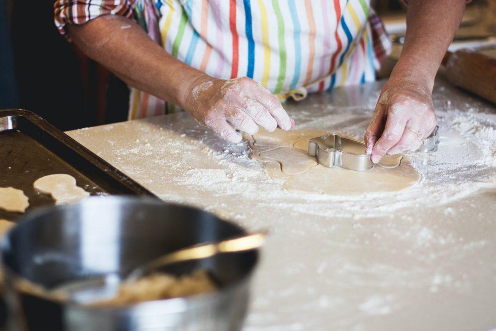 Die richtige Arbeitshöhe entscheidet natürlich zu einem Großteil mit, wie angenehm es sich in der Küche kochen und backen lässt. Bildquelle: © Kari Shea / Unsplash.com